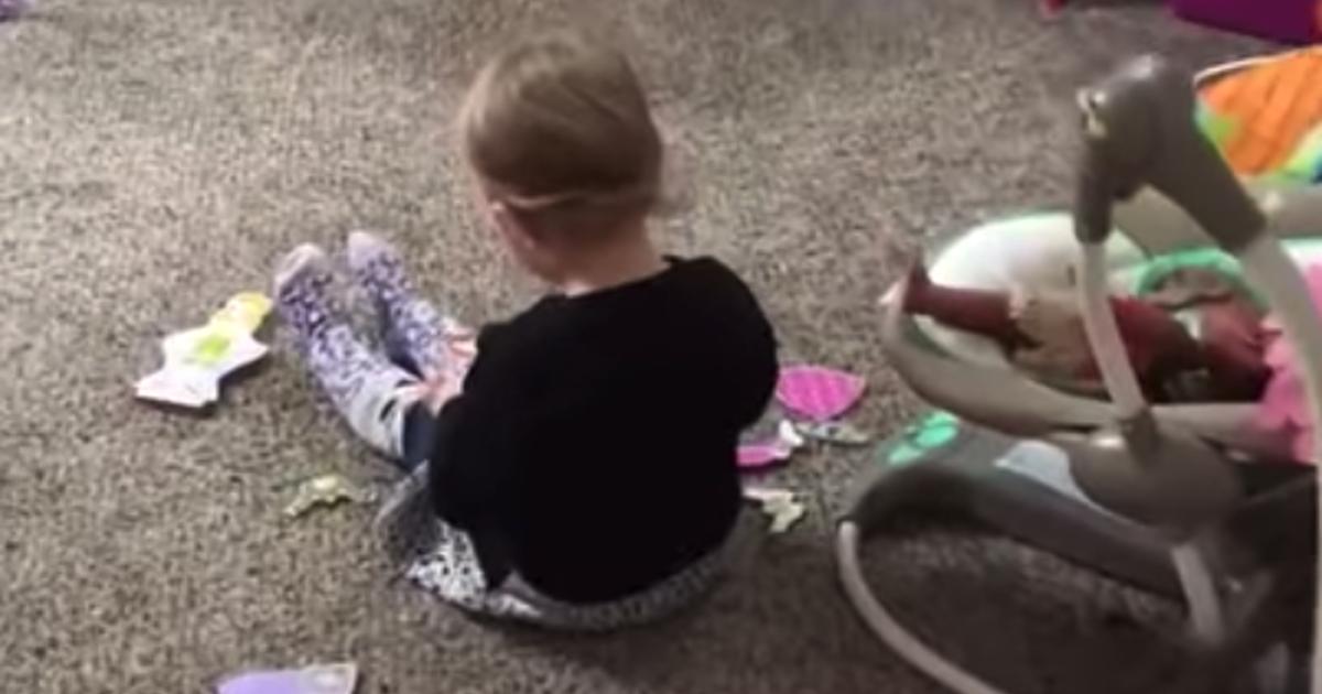"""WOW 2-åringen sjunger """"Jolene"""" för allt hon har - se reaktionen när hon  märker att hon blir smygfilmad 5c548b9d90cd6"""